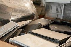 Gamla bärbar datordatorer som sorteras för återanvändning Arkivfoto
