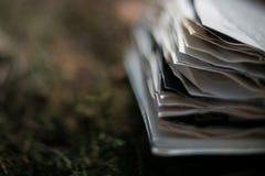 Gamla böcker för tappning på suddig bakgrund, ställe för text arkivbild