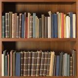 Gamla böcker i arkivhyllan - fyrkantig sammansättning royaltyfria bilder