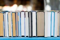 Gamla böcker i en tappningmarknad Royaltyfri Bild