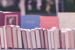 Gamla böcker i en tappningmarknad Fotografering för Bildbyråer