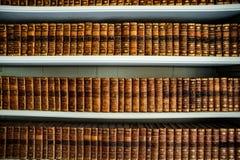 Gamla böcker i ett forntida arkiv Arkivbild