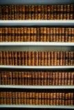 Gamla böcker i ett forntida arkiv Arkivfoto