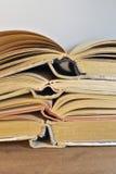 Gamla böcker i tappningsignal Royaltyfri Bild