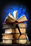 Gamla böcker med förstoringsglaset Royaltyfri Fotografi