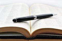Gamla böcker med pennan Fotografering för Bildbyråer