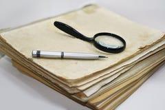 Gamla böcker med pennan Royaltyfri Bild