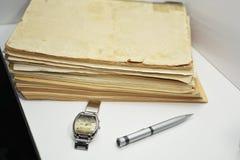 Gamla böcker med pennan Isolerade dokument Royaltyfria Foton