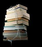 Gamla böcker med repet arkivfoton