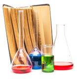 Gamla böcker och kemisk glasföremål Arkivbild