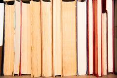 Gamla böcker på bakgrund för bokhylla Arkivbild