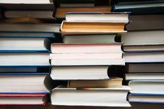 Gamla böcker på bakgrund för bokhylla Fotografering för Bildbyråer