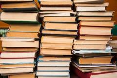 Gamla böcker på bakgrund för bokhylla Royaltyfria Foton