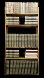 Gamla böcker på hylla arkivbilder