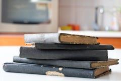 Gamla böcker som staplas på en vit tabell Gammal frigörare utan titlar Royaltyfri Foto