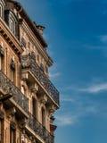 Gamla balconys och molnig himmel i Toulouse Frankrike Royaltyfri Bild