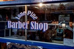 Gamla Barber Shop i den historiska byn av ensamt s?rjer - ENSAMT S?RJA CA, USA - MARS 29, 2019 fotografering för bildbyråer