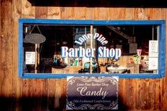 Gamla Barber Shop i den historiska byn av ensamt s?rjer - ENSAMT S?RJA CA, USA - MARS 29, 2019 royaltyfri fotografi