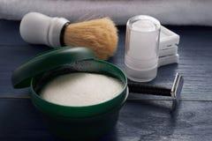Gamla barberarehjälpmedel på trätabellen arkivbilder