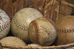 Gamla baseball och en antik handske Royaltyfri Foto