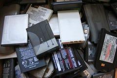 Gamla batterier från mobiltelefoner royaltyfria foton