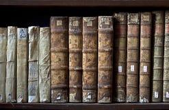 Gamla böcker i det Ricoleta arkivet i Arequipa, Peru Arkivfoton