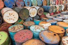 Gamla behållare som innehåller farliga kemikalieer arkivbild