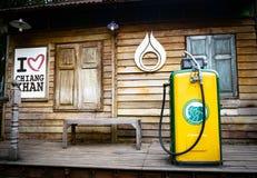 Gamla bensinstationpumpar för museum Tappningbränsleutmatare, utomhus- gammal bensinstation i bensinstationen, Thailand-loei-chai royaltyfri bild