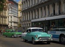 Gamla bilar, havannacigarr, Kuba Arkivbilder