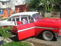 Gamla bilar i det karibiskt royaltyfria foton