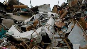 Gamla bilar och avfall som tillsammans staplas på gård av återvinningfabriken lager videofilmer