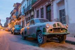Gamla bilar på den gamla gatan av havannacigarren Royaltyfria Bilder