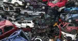 Gamla bilar som staplas i skrotupplag stock video