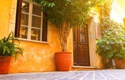 Gamla bildmässiga grekiska gator med den konstnärliga serien för soltappning Arkivfoto