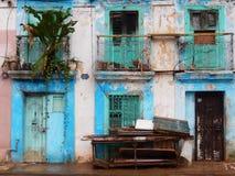 GAMLA BLÅA DÖRRAR, HAVANNACIGARR, KUBA Fotografering för Bildbyråer