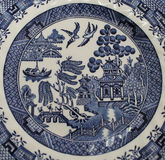 Gamla blåa Willow China Pattern Plate Royaltyfri Bild