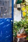 Gamla blått belägger med metall dörren med Openwork falskt galler en härlig tappningbakgrund Royaltyfria Bilder