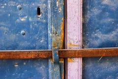 Gamla blått belägger med metall smutsdörren med nyckelhålet och rostiga metalllockas en härlig tappningbakgrund Fotografering för Bildbyråer