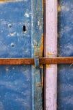 Gamla blått belägger med metall smutsdörren med nyckelhålet och rostiga metalllockas en härlig tappningbakgrund Arkivfoton
