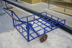 Gamla blått drar vagnvagnen med 3 hjul för tungt parkerar royaltyfri bild