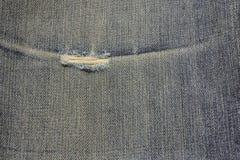 Gamla blått riven sönder jeanstexturbakgrund Arkivfoton