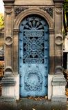 Gamla blått stryker ingångsdörren av en gravvalv/en krypta på en kyrkogård royaltyfri fotografi
