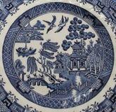Gamla blåa Willow China Pattern Plate Royaltyfri Bild