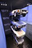 Gamla BMW 745i, 633CSi, 520 och 323i på skärm i BMW museet Arkivbilder