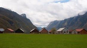 Gamla boathuts i fjorden Arkivfoton