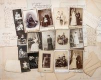 Gamla bokstäver och antika familjfoto Arkivfoto