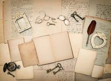 Gamla bokstäver och fotoramar Tappningsaker, handskriven docume Royaltyfria Foton