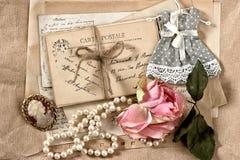 Gamla bokstäver, vykort, torr rosblomma och tappningsaker Royaltyfri Bild
