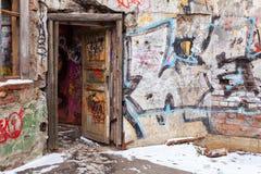 Gamla borggårdväggar som målas med färgrika grafitti Arkivfoto