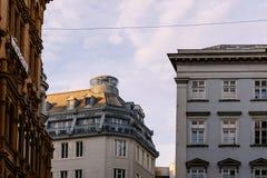 Gamla bostads- byggnader i historisk stadsmitt av Wien Arkivfoto